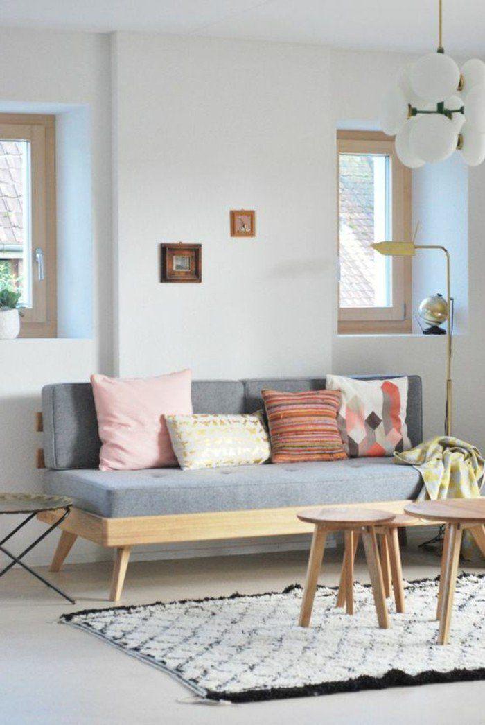 Ein Graues Sofa Bunte Kissen Kleine Tische Ein Weisser Teppich