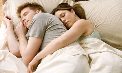 Se uno dei partner dorme occupando quasi tutto lo spazio disponibile, lasciando all'altro solo un angolino del letto, anche il rapporto fra le due persone non è paritario. Questa posizione può indicare una relazione sbilanciata, in cui uno dei due tende a voler prevaricare e predominare sull'altro!  #sleepingpositions #coppia #couple #dorelan