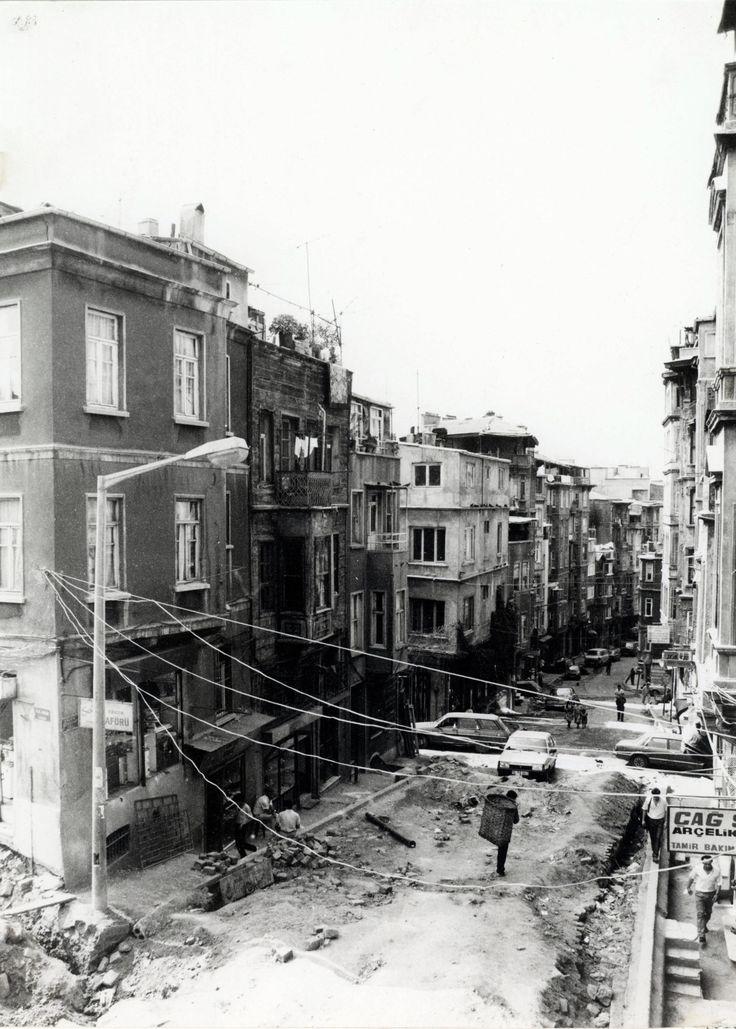 Tarlabaşı Bulvarı yapım çalışmaları sırasında Ömer Hayyam Caddesi 1988 SALT Araştırma IFEA Arşivi http://ift.tt/24Z3qln