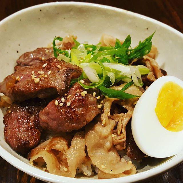 牛バラ肉とサーロイン丼です。 日替わりランチで限定食になります。 牛バラ肉とサーロインを特製だれで焼き、ご飯にのせて…がっつり食べて午後を乗りきってほしい一品です! 上質なやわらかい肉の脂とタレが絡み、ご飯に合いますよ! ちょっと贅沢な旨い飯です! 1,100円なり😄  #神田 #日本橋 #新日本橋 #三越前 #肉 #肉バル #ランチ #旨い #サーロイン #どんぶり #食事 #ご飯