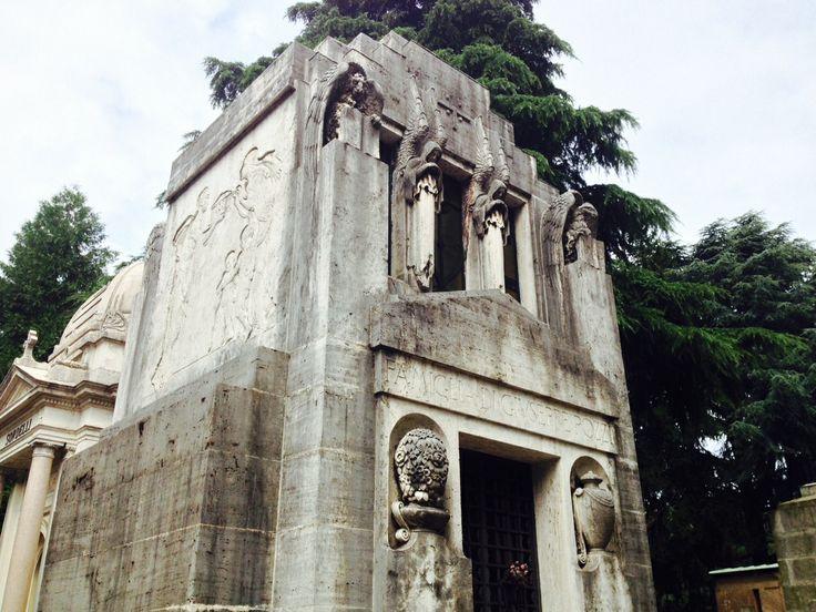 In stile Decò, le sculture in marmo ricordano la vita dell'industriale, benefattore e cavaliere del lavoro Giuseppe Pozzi