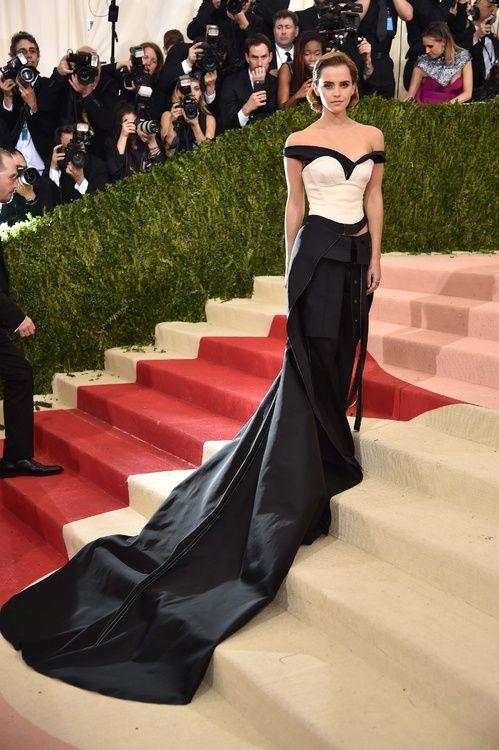 Emma Watson en robe Calvin Klein Collection sur-mesure