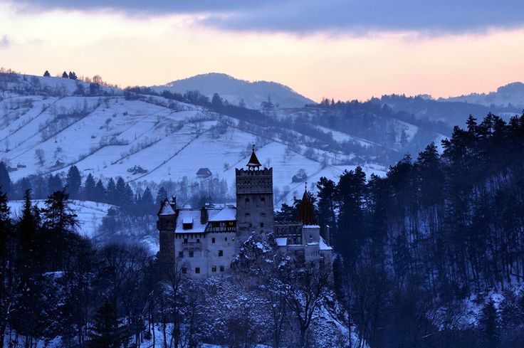 雪山に映える古城、ルーマニア「ブラン城」