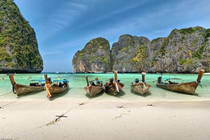 Залив Майя Бэй (Maya Bay)  Авиабилеты Москва - Бангкок от 24000 руб.  Майя Бэй  главная достопримечательность островов Пхи Пхи и одно из самых красивых и самых известных мест Таиланда; место которое любят кинематографисты и которое посещают практически все туристы отдыхающие в южной части Таиланда.  Представляет собой залив размером 300 на 400 метров окружённый с трёх сторон стеной из отвесных 100-метровых скал.  Кроме скал производящих поистине неизгладимое впечатление в заливе Майя Бэй…