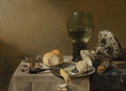 Pieter Claesz: stilleven met tazza. 1636. Mauritshuis, Den Haag. Claesz en Heda voegden aan het maaltijdstilleven een nieuw ingrediënt toe: de citroen. Aan tafel werd die gebruikt om witte wijn een 'zuurtje' te geven. Claesz geeft de olieachtige schil, het fluwelige wit en het sappige vruchtvlees prachtig weer. In de voet van de zilveren tazza is een zweem geel zichtbaar. De drinkschaal wordt op zijn beurt weerspiegeld in de roemer. Slow Food: stillevens uit de Gouden Eeuw, Mauritshuis.