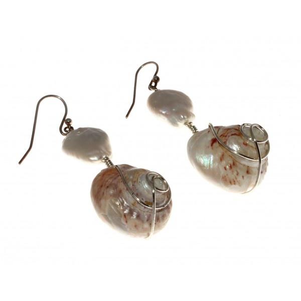 Pendientes realizados con perla cultivada plana y caracola esmaltada. Enganche en plata de ley. Diseño original de Beatriz Clara