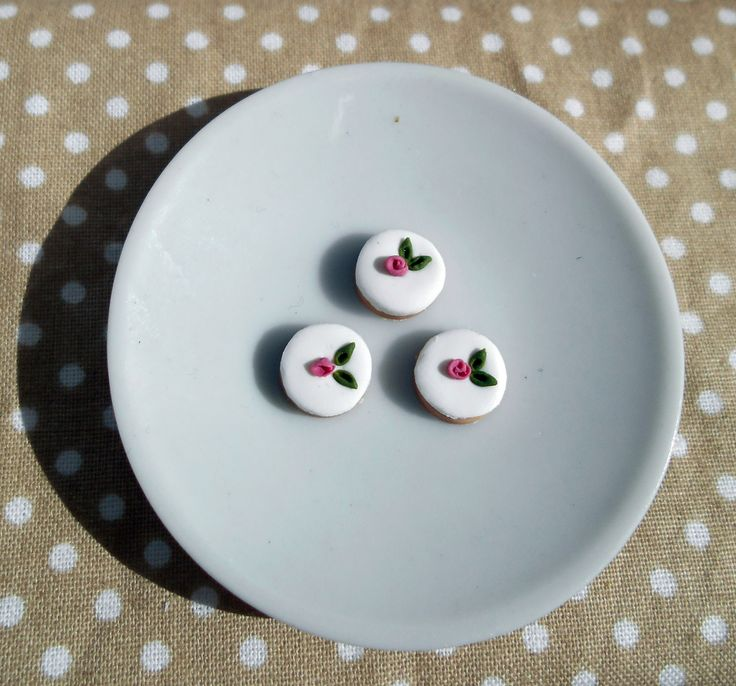 Miniature shabby chic cookies  https://fluffycraftcloud.wordpress.com/2015/09/21/64/ #miniature #shabby #chic #diy #handmade #polymer #clay #polymerclay #cute