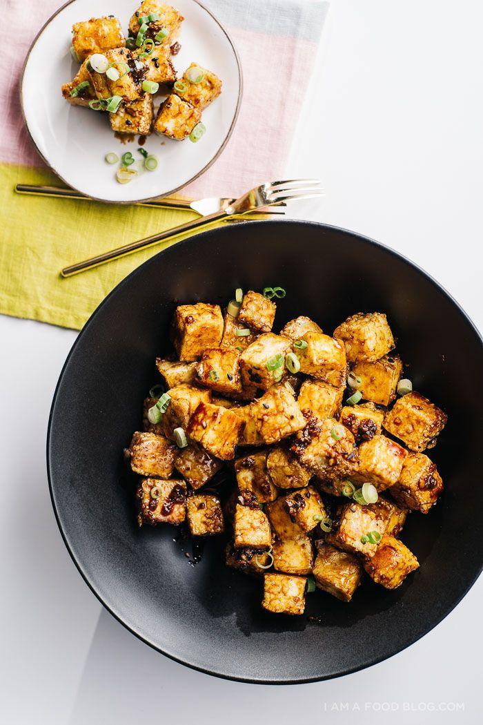 Cuire Tofu en enrobant les morceaux de farine et de miel + oignons caramélisés (sauce soja sucrée)