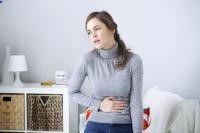 Gastritis.-La gastritis es una inflamación de la mucosa gástrica, que es la capa de células que reviste el estómago por dentro protegiéndolo de la acidez de los jugos gástricos. Aunque no es correcto, es frecuente que el término gastritis sea utilizado como sinónimo de dispepsia (dolor o molestias en el abdomen superior, así como síntomas de quemazón, presión o plenitud relacionados muchas veces, aunque no necesariamente, con las comidas)