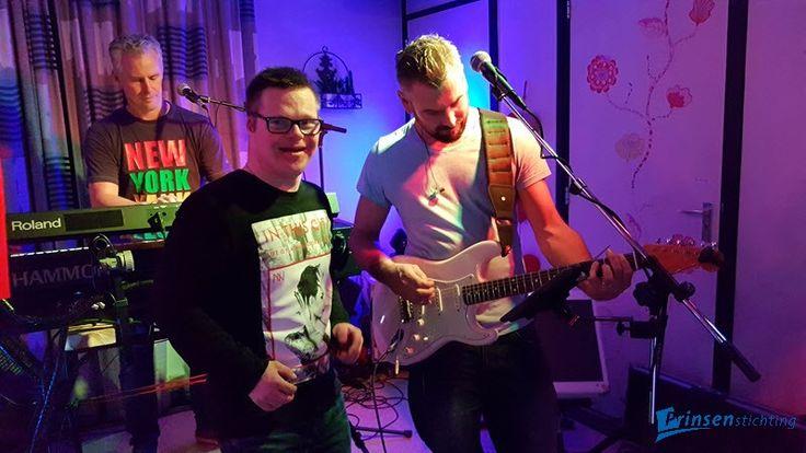 Hoeveel likes voor deze muzikale toppers? Martijn Wijker, persoonlijk begeleider bij Prinsenstichting, heeft onlangs samen met zijn band Dutch Travel een belangeloos en spetterend concert gegeven voor clienten van locatie Westerkoogweg :-) Een geweldige avond, thanks guys!