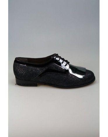 Zapatos de la marca Daniela mujer color negro combinados con charol. Zapatos planos con cierre de cordones y tacón de 2 cm. Cómodos, con diseño y muchas posibilidades para combinarlos no te quedes sin ellos. Cómpralos con envío y devolución gratis en nuestra tienda online.