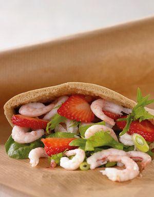 Fyll et pitabrød med ferske reker og jordbær!