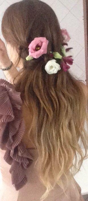 peinado de ondas con trenzas y decoracin floral