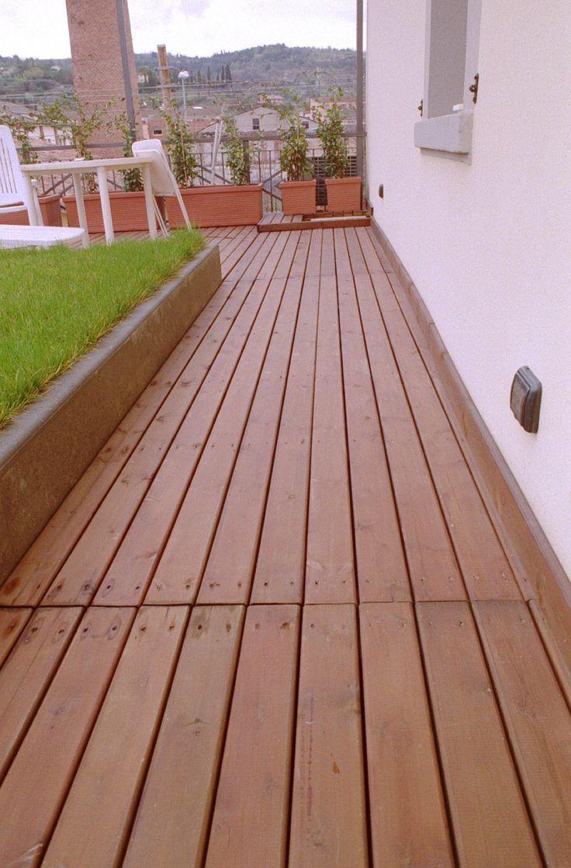 Pedana su terrazzo in legno di pino nordico colorato mogano ed avvitato su sottostruttura in legno impregnato a sali.