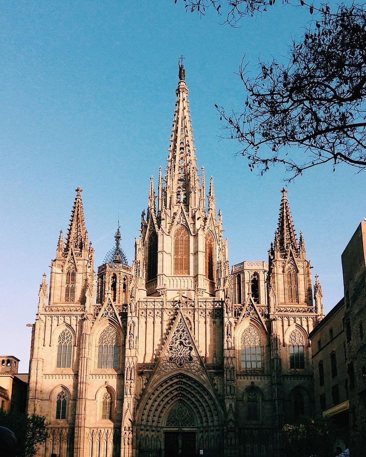 Guia local – Barcelona. A Catedral de Barcelona foi construída em estilo gótico e em cima da antiga Catedral Romântica.  www.blogfuiali.com