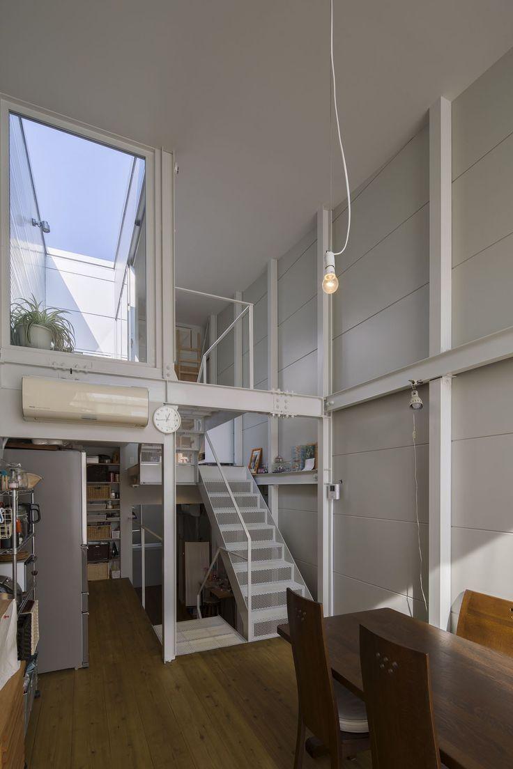 半階上がって奥様の家事コーナーと水廻り。さらに半階上がってルーフテラス。