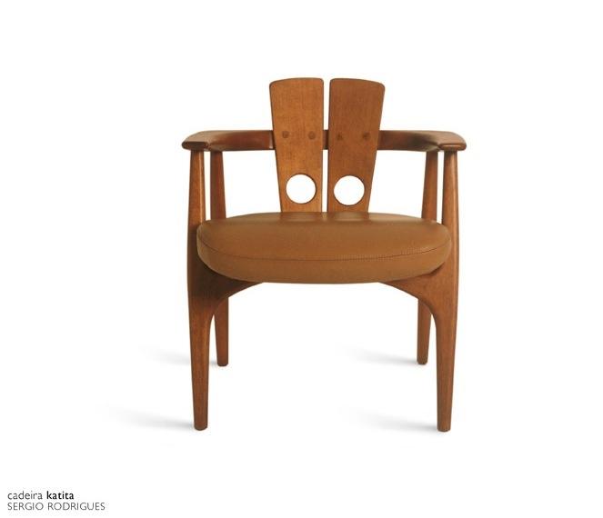 1997 - Cadeira Katita foi inspirada na Daav, também de Sergio Rodrigues. O designer Zanini de Zanine se encantou por ela durante o estágio de um ano com Sergio Rodrigues: 'Minha peça preferida é a Katita, de 1997. Ela uniu curvas sinuosas e clássicas nas pernas e um elemento reto e inusitado para o encosto. Uma mistura que a torna extremamente sofisticada e surpreendente.