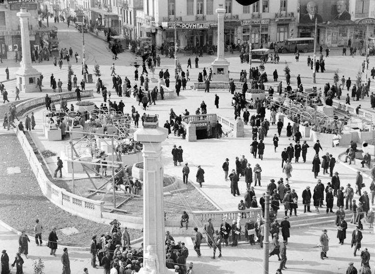 Η πλατεία Ομονοίας με τις Μούσες το 1934, φωτογραφία του Hjalmar Larsen Omonia Square 1934. The 8 columns with the Muses statues are the ventilation of the Underground station.