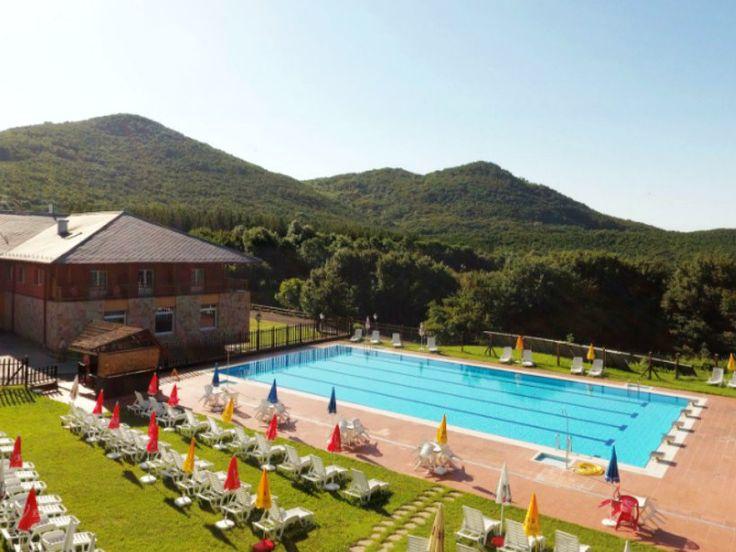 A Szent Orbál Erdei Wellness Hotel**** nevéhez hűen gyakorlatilag az erdő közepén áll a Duna-Ipoly Nemzeti Park területén, így a friss börzsönyi levegőt harapni lehet, a természet pedig egy karnyújtásnyira van csupán. Wellness részleggel, kiváló minőségű szolgáltatásokkal és ételekkel, nyáron 25 méteres kültéri medencével várja a természet és a minőség szerelmeseit.