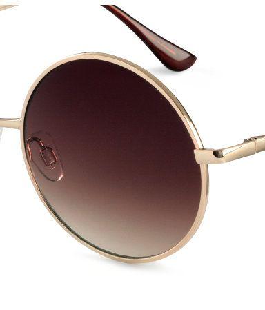 H&M LOVES COACHELLA. Runde solbriller i metall med stenger i plast. Solbrillene har UV-beskyttende, tonede glass.