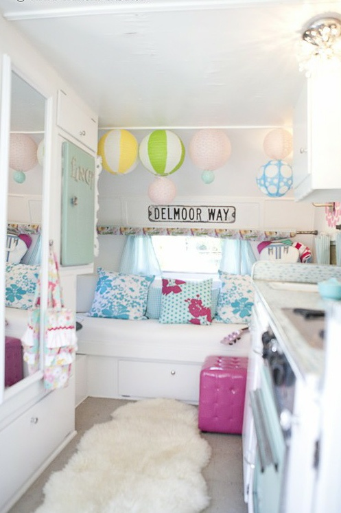 Cute little rv decorated so pretty new home rv pinterest - Old fashioned vintage bedroom design styles cozy cheerful vibe ...