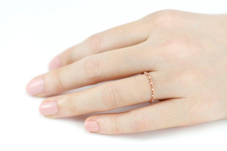 Corona forma onda el anillo con diamantes blancos en sólido 14 k de oro. Anillo de oro fino y delicado en el diseño único de J. Bliss  -Metal: 14 k oro sólido (disponible en oro blanco, oro amarillo y oro rosa) (14 k rose de oro en fotografía) -Diamante: Diamante claro blanco genuino / Total Carat:0.03ct(1.0mm), Color: F-G, claridad: VS2 - SI1  Anillo de diamante azul corona: https://www.etsy.com/listing/278319104/blue-diamond-crown-ring-diamond-ring-14k?ref&#x3D...