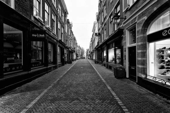Nieuw in mijn Werk aan de Muur shop: Een verlaten Zadelstraat in het centrum van Utrecht in zwart-wit