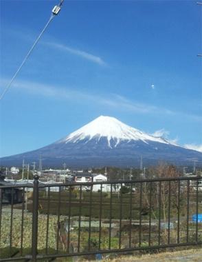<富士山>いわずと知れた日本最高峰の山。優美な風貌は、日本の象徴として世界中に知られている日本の誇りです。冬は我が家のリビングからも見える富士山を毎朝拝んでから出社します。ちなみにこちらは編集部のHが住んでいる富士市からのショット。【 25ans編集長 十河ひろ美 】  http://lexus.jp/cp/10editors/contents/25ans/index.html  ※掲載写真の権利及び管理責任は各編集部にあります。LEXUS pinterestに投稿されたコメントは、LEXUSの基準により取り下げる場合があります。