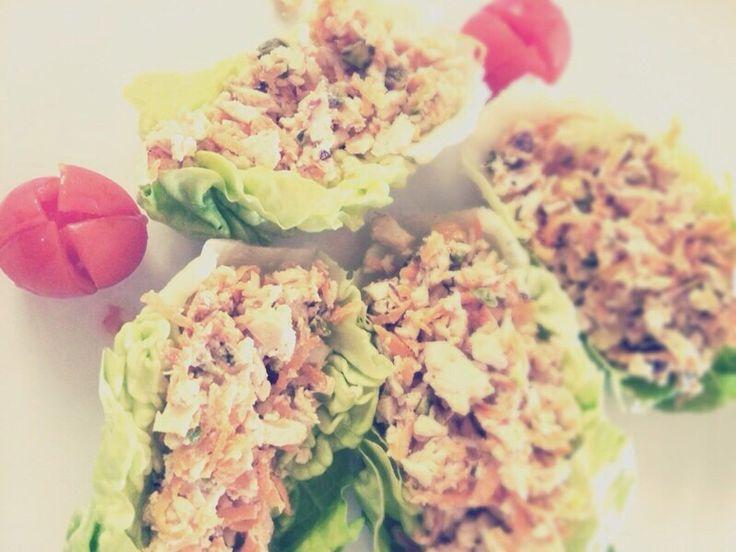 Uno dei nostri proverbiali pranzi: barchette di pollo con emulsione alla senape e pistacchi (chez Barbará)