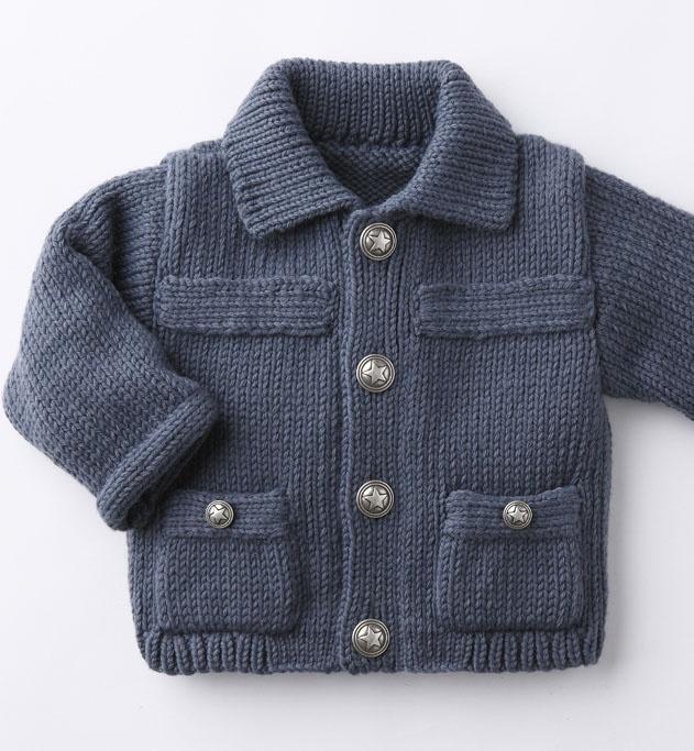 Modèle blouson esprit aviateur bébé -Des étoiles pleins les yeux avec ce blouson aux boutons étoiles. Un modèle uni esprit aviateur à poches, composé à 25% de laine à assortir avec le bonnet. 4 boutons tailles 3, 6, 12 et 18M. 5 boutons 24 mois.