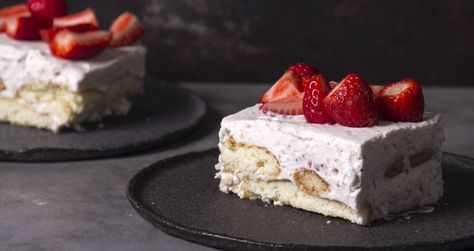 Δροσερό Γλυκό ψυγείου με φράουλες από τον Άκη Πετρετζίκη.Ένα γλυκό που θυμίζει τιραμισού.Δεν είναι για λάτρεις του καφέ,αλλά για τους λάτρεις της φράουλας!