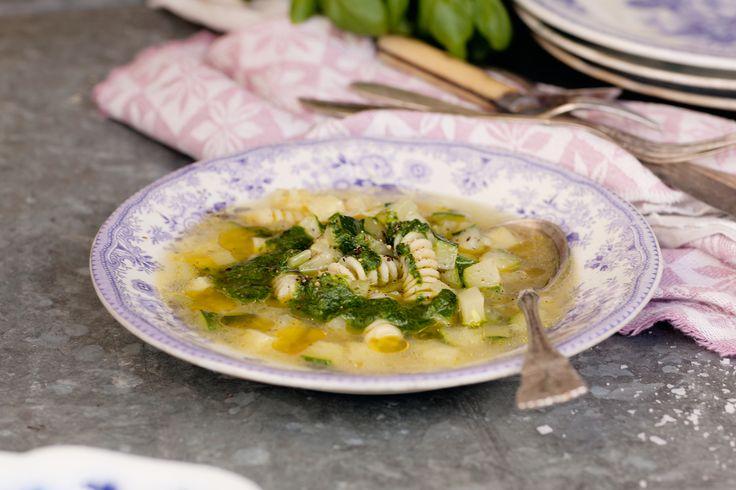 Soppor behöver inte alltid kokas på rotsaker. Här använder vi krispiga sommargrönsaker och gör en rakt igenom grön soppa med en kryddig örtolja att ringla över!