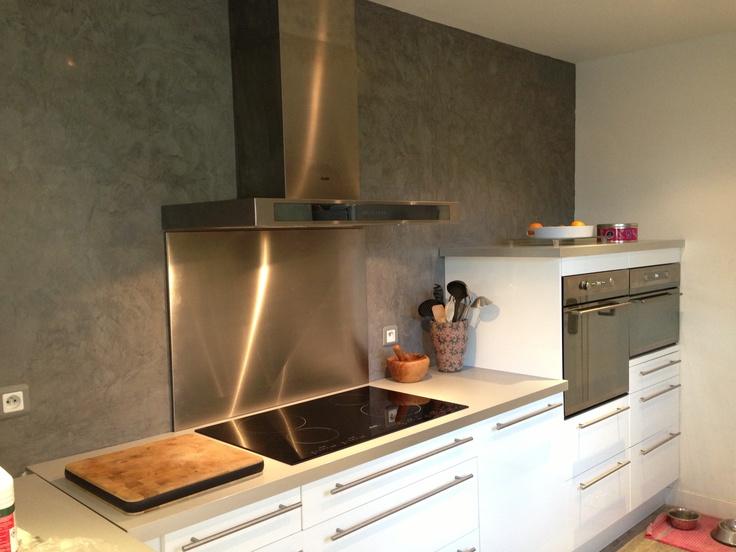 Enduit mural tadelakt gris galet de Luxens : parfait pour ma cuisine! Nous adorons cet enduit et la couleur fait ressortir le blanc des meubles...