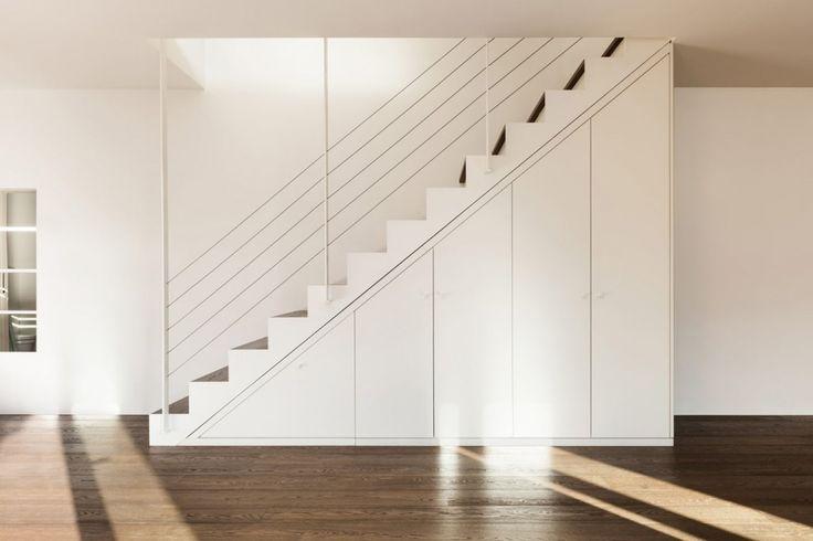 Heb je een te kort aan kasten en ruimte om spullen op te bergen? Dan is een kast onder de trap ideaal voor in jouw interieur. Doe hier inspiratie op!