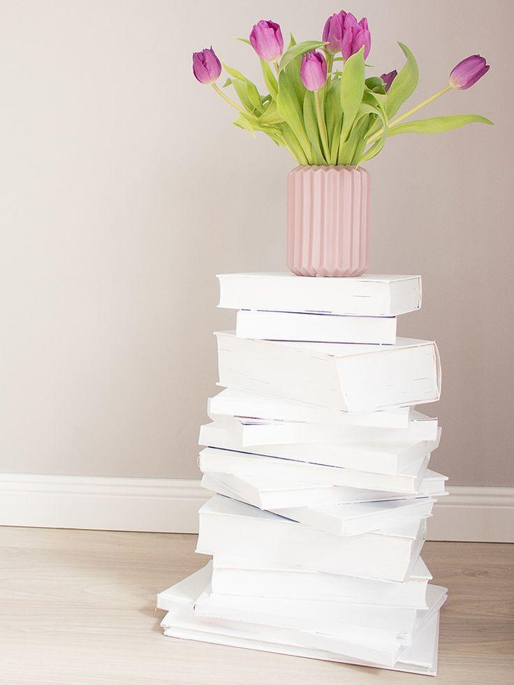 DIY-Anleitung: Bücherturm als Beistelltisch bauen / transfer old books into a cool nightstand, diy furniture via DaWanda.com