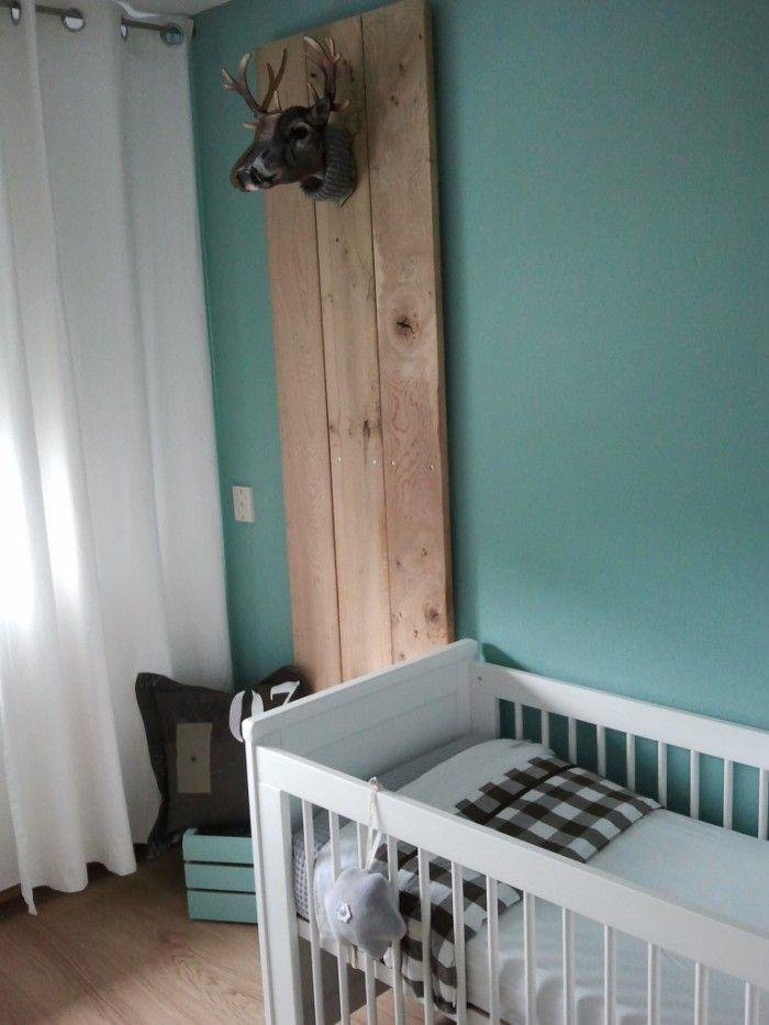 Mooie kleur tegen de muur en leuk idee met die planken.