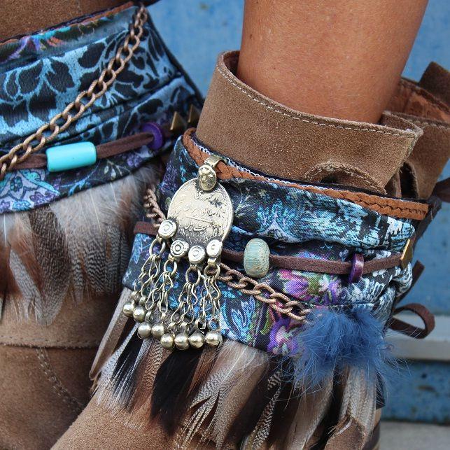 #Cubrebotas en tonos turquesa con adorno de moneda india antigua