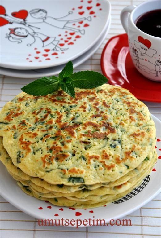 Ispanaklı krep ıspanak 1  tutam maydanoz 1  kase  beyaz  peynir 3 adet yumurta 1 tatlı  kaşığı  tuz 3 çorba  kaşığı  sıvı yağ 1 paket kabartma  tozu 1,5 su bardağı süt 1 paket  kabartma tozu 1,5  su bardağı  un ( Yumurtaların büyüklüğüne ve kullanılan bardakların ölçüsüne  göre miktar değişebiliyor,o yüzden azar azar eklemenizde fayda var.) Börekleri  yağlamak için  3 çorba kaşığı tereyağ