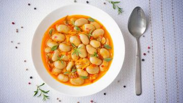 A delicious white bean ragout made with onions, carrots, parsnips and red bell peppers. This fantastic dish is super easy to make, it's packed with flavor and full of nutrients. #veganfood #beans #vegan #recipes #ragout #dinner
