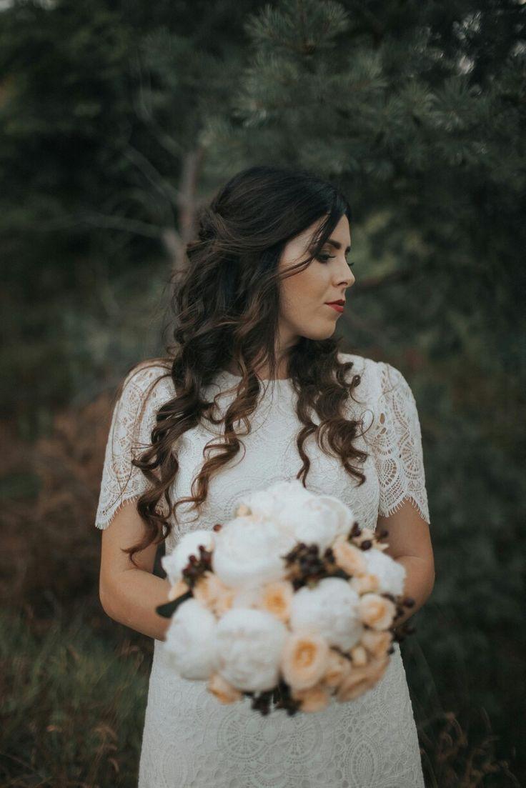 Civile wedding  Bride. Bouquet. White. Yellow  Bride hairstyle