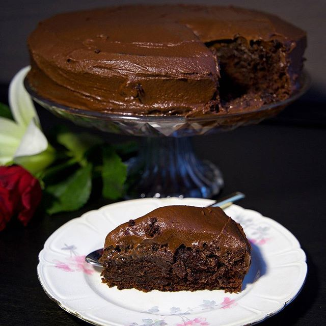 Favorit i repris Saftig chokladtårta med chokladsmörkräm. To die for tårta❤ Recept hittar du i länken i min profil➡@zeinaskitchen