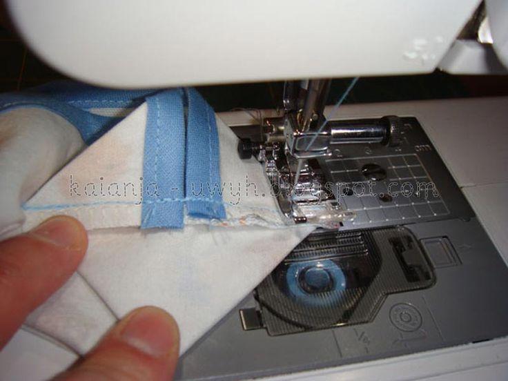 Für Karo ;)Das braucht man:Stoff, Bügeleinlage, SchrägbandStoff zuschneiden:Das Stoffstück sollte die Maße 17-18 cm x 15 cm haben.Gleich großes Stück Vlieseline aufbügeln:Kanten Versäubern:Am schne…