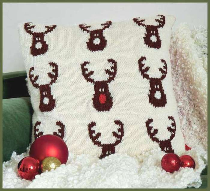Озорные петельки: Подушка с оленями Санта - Клауса