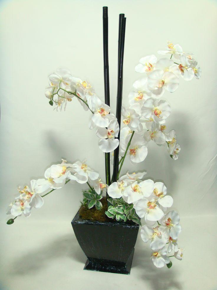 Orquideas en elegante contraste blanco y negro
