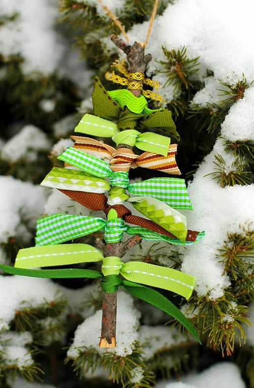 Enfeite de Natal com gravetos e fitas