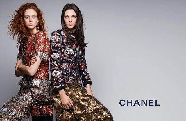 Setelah debut koleksi pre-fall 2017 sebagai bagian dari acara presentasi tahunan Métiers d'Art di Hotel The Ritz di kota Paris pada bulan Desember lalu kini Chanel merilis kampanye untuk musim transisi tersebut. Koleksi yang mengusung tajuk 'Paris Cosmopolite' ini terdiri dari ragam busana yang terinspirasi dari gaya dekade '60-an dalam kemasan minimalis nan chic. Digarap oleh Karl Lagerfeld sebagai fotografer styling oleh Carine Roitfeld serta Tom Pecheux sebagai hair stylist Chanel…