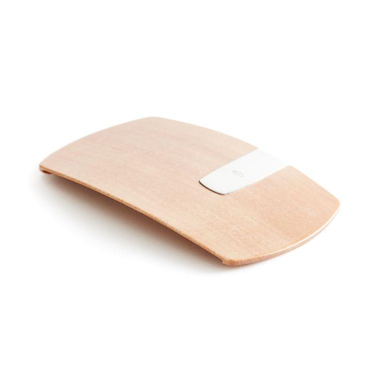 """電車に乗る、コンビニや本屋で買物する、レストランで食事をする……電子マネーカードがあれば、日常を難なく過ごせる時代です。 Smart Card Clip は、最新の曲げ木技術で作られた、木製の""""電子マネークリップ""""。 交通系IC、クレジット、コーヒー店のプリペイドなど、よく使うカードを3枚、付属のクリップで挟んでおけます。 木目調のデザインが美しく、通勤やお出かけ時にスマートな所作をプラスしてくれる本品で、手ぶらで外出する生活を始めてみませんか。       カード3枚を重ねたまま""""タッチ""""できる      ありそうでなかった電子マネー用のマネークリップ。 カード3枚を重ねたまま、改札やレジで""""タッチ""""できるので、従来のカードケースのように、いちいちフタを開いたり、カードを出し入れする必要がありません。 片手で本品をポケットから取り出して、そのままタッチするだけ。実にスマートです。       カードを重ねたままでも読み取りできる構造は、メーカーが2年がかりで完成させた賜物です。 ミリ単位で試作を繰り返し、やっと「カードを5ミリずつずらして収納する構造」に辿り着きました。…"""