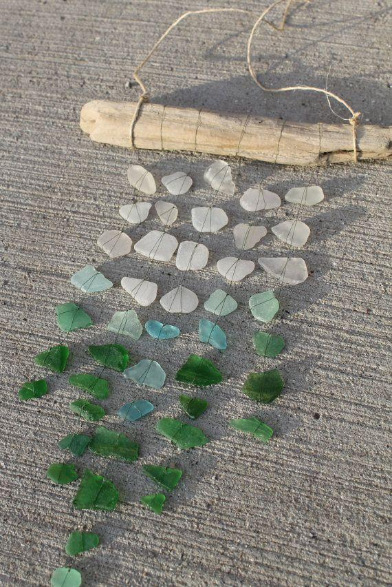 Este vidrio mar móvil fue hecha de pedazos de playa cristal y madera encontrados en las orillas del lago Michigan, en South Haven, MIchigan. Todas las piezas son surf bolo y liso. Cada pedazo de vidrio bolo es mano atada con sedal. Los colores del vidrio varían de blanco a luz azul y turquesa y cirios hasta verde. Detalles:  -Driftwood es 10 1/2 pulgadas de largo  -5 filas de cristal, la fila más larga en el centro cuelga de 14 pulgadas de largo  -45 piezas de vidrio de playa y mar    Este…