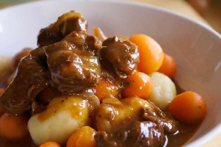 Ragout de porc facile au cookeo.  Ingrédients ( 2 Personnes )  – 300g à 500g de sauté de porc – 6 pommes de terre – 4 carottes – 1 oignon – 1 cube bouillon de légumes – Eau – sel/poivre – 1 bouquet garni – Farine – 2 cuillère à soupe de fond de veau – huile d'olive ou beurre (pour le cuisson)