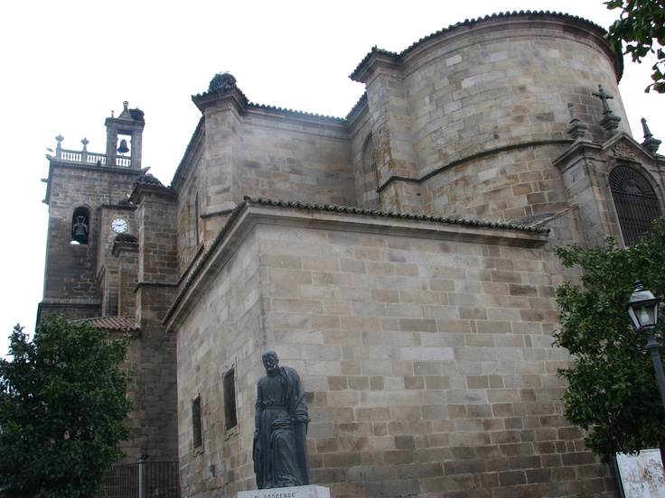 """Estatua dedicada a D. Francisco Sánchez de las Brozas, conocido como el Brocense. Ostentó la cátedra de Retórica en la Universidad de Salamanca en el siglo XVI pero nunca la de Gramática. Su obra fue censurada por la inquisición que lo temía por su enorme capacidad crítica. Solía decir que """"la mayor autoridad es la razón""""."""